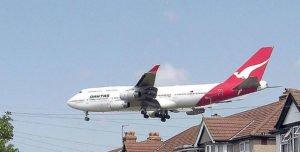 Qantas_b747_over_houses_arp_wikimedia_cc_Arpingstone